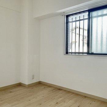 【洋室①】洋室にも窓があるので換気などもできますね。
