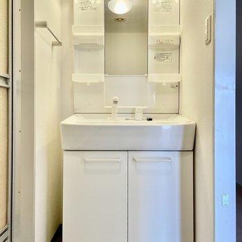 洗面台も独立していて収納もあります。