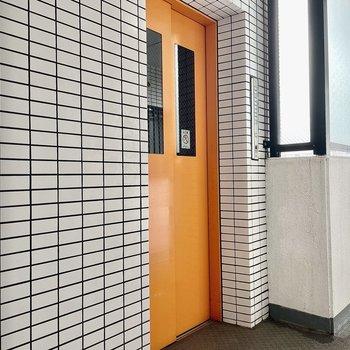 【共有部】ぱきっとオレンジのエレベーター。