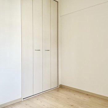 【洋室①】こちらは書斎や荷物置き場としても使えますね。