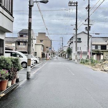 【周辺環境】マンション目の前の道路は広々としていて住宅街になっています。