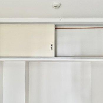 【洋室②】頭上にキッチンと同じくらいのちょっとした収納もあります。