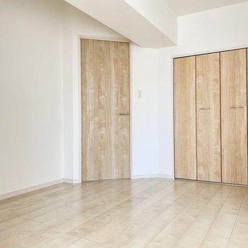 家具の配置には工夫が必要。対角線上の横向きにベッドを置くのがいいかな。
