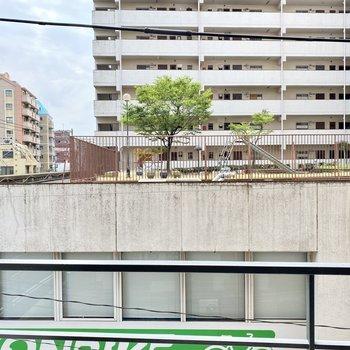 正面には向いの建物の遊具が見えました。