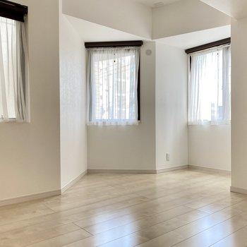 続いて、玄関横の6.1帖の洋室。窓に囲まれたカクカクしたお部屋です。