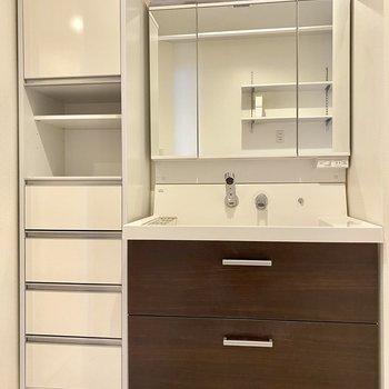 独立洗面台は三面鏡。水栓が横から出ているのでお掃除もしやすいです◎