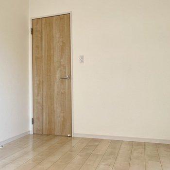 扉と床の木目があたたかな雰囲気。家具も木目のもので合わせたい。