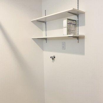 洗濯機パン上には棚も。洗濯機の下に敷く台もサービス品でした!掃除がしやすいし防音対策にも◎