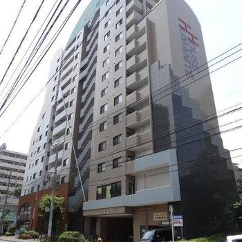 大橋駅近くの大きなマンション。目の前はスーパー!