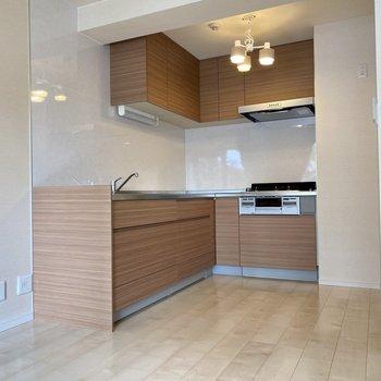 キッチンはL字型◎冷蔵庫もしっかり置けます。上の照明もついてきますよ!