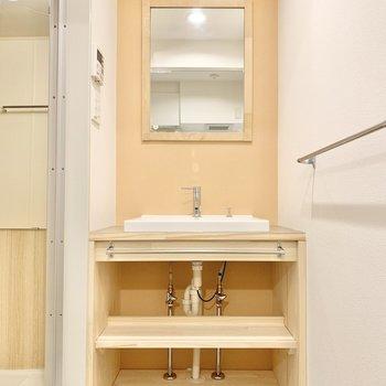 脱衣所には木目の独立洗面台。