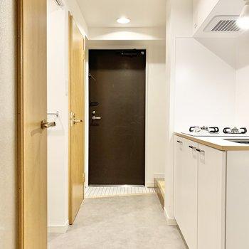 廊下へ。白くて綺麗な空間。
