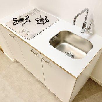 キッチンはコンパクトながら二口確保。