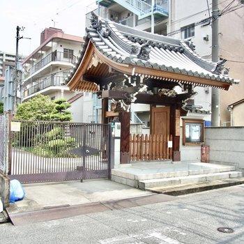 【周辺環境】駅までの道のりに小さなお寺がありました。