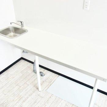 真っ白なキッチン台!下は収納ケースなども置けそう。