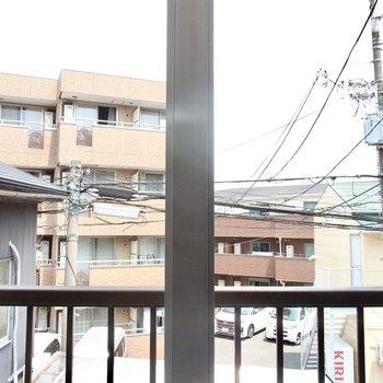 東向きの窓からは住宅街が見えています。