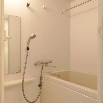 お風呂には浴室乾燥付き(※写真は2階の同間取り別部屋のものです)