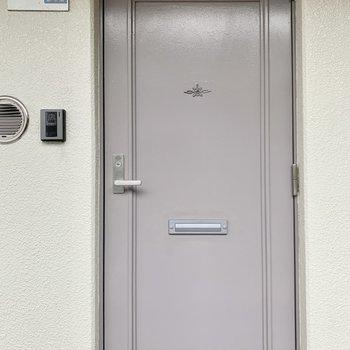 柔らかいパープルの玄関ドアです。