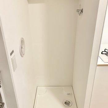 玄関入口に洗濯機置場!上部には棚や、