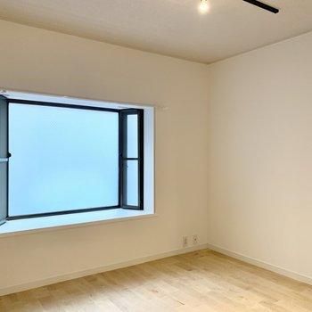 ベッドは窓沿いに置いてもいいなあ。