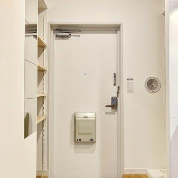 玄関は白タイルが魅力的。
