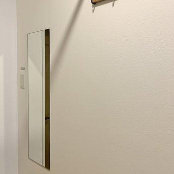 反対側には姿見鏡とフックが。お出かけの準備もスムーズに。