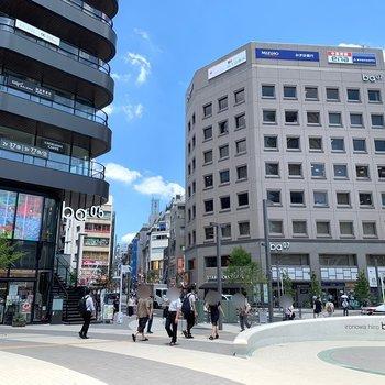 駅周辺には飲食店や24時間営業のディスカウントストアなど。