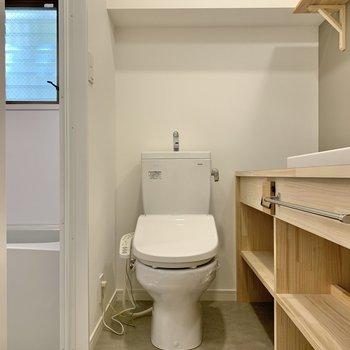 脱衣スペースを開けると目の前にトイレ。温水洗浄機付きです。