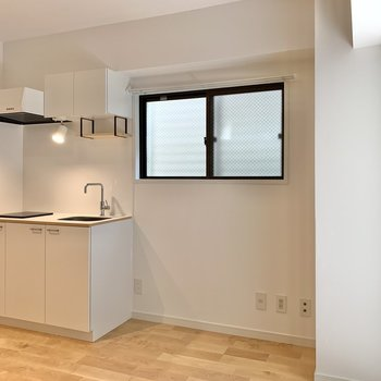 反対側にはキッチン。テレビを置くならそのお隣かな。