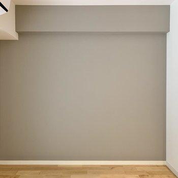 アクセントクロスは大人なグレーで。お手持ちの家具も馴染みそうなカラーです。