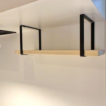 上部の吊り棚には、食器やスパイスを並べられますね。