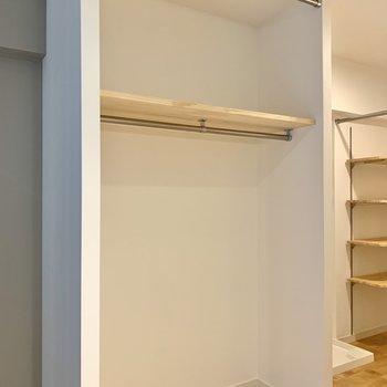 収納はオープンタイプ。カーテンで隠すことも可能ですよ。