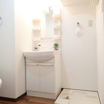 洗面台と洗濯機はおとなりに。