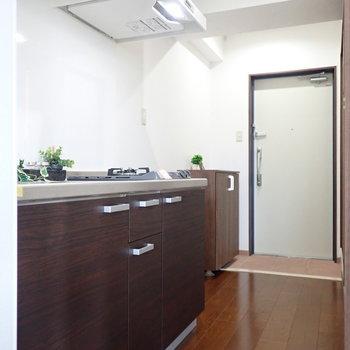 キッチンも前面も木目調で床とお揃いに。