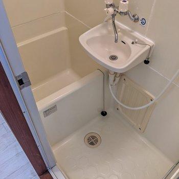 キッチンの向かいにお風呂。浴槽はコンパクトですね。