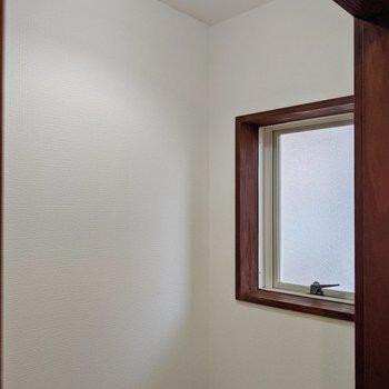 トイレには換気扇が無いです。窓で換気しましょう。