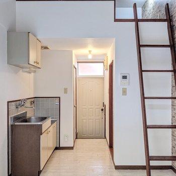 反対側。キッチンは玄関から見えないようになっています。