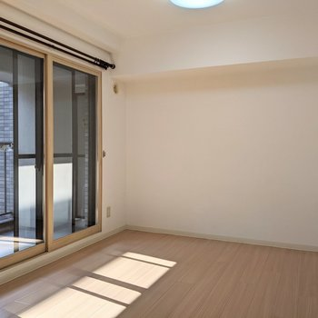 【洋室】窓は西向き。午後は日差しが差し込みます。