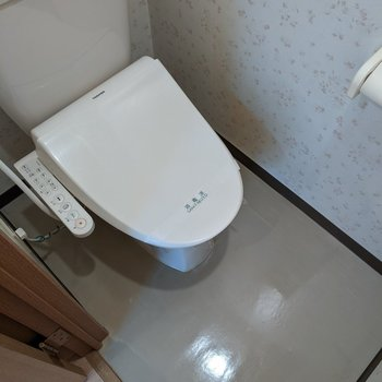 温水便座つきのトイレですよ。