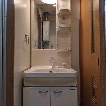 独立式洗面台なので身支度がしやすいです。