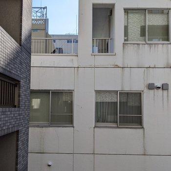 正面は隣の建物があります。