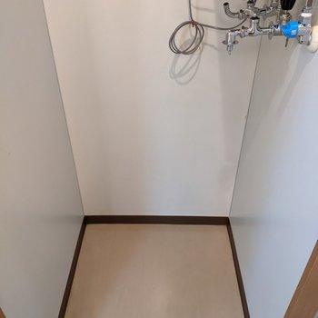 洗面台の向かい側に洗濯機置場があります。