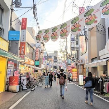 【周辺】西新商店街は夕暮れ時には非常に賑わいます