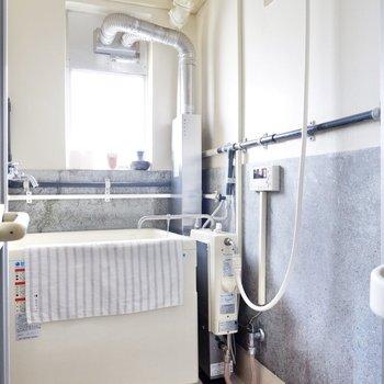 どこか工業的な美しさすら感じる浴室。