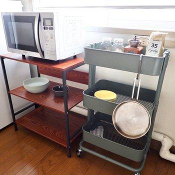 窓際にコンセントがありオーブンなど調理家電が設置できます。