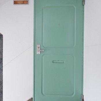 玄関前共用部。ミントグリーンのドアが可愛らしいですね。