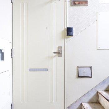 玄関前共用部。ごくシンプルなデザインです。