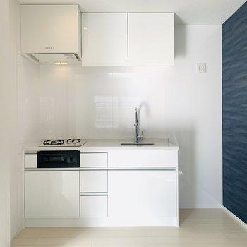 実は収納式のキッチン!!収納が上にもあって便利そう。(※写真は1階の同間取り別部屋のものです)