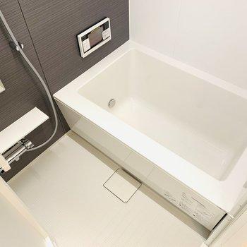浴槽が広めなので、テレビを見ながらゆったりと。(※写真は1階の同間取り別部屋のものです)