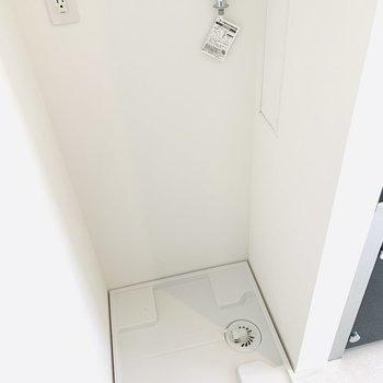 洗濯機置き場の上には、棚も付いています!(※写真は1階の同間取り別部屋のものです)